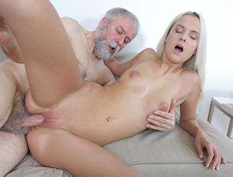 Amatuer women licking inside of foreskin